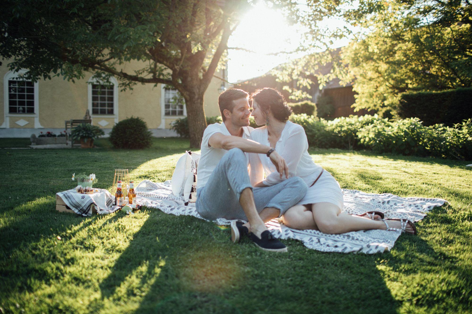 Romantisches Picknick im Grünen
