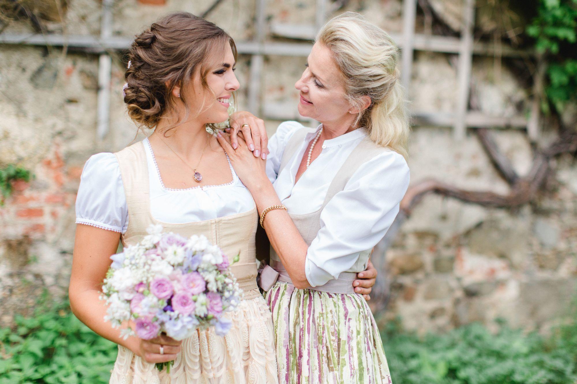 Zauberhafte Inspiration – Braut und Brautmutter am Hochzeitstag